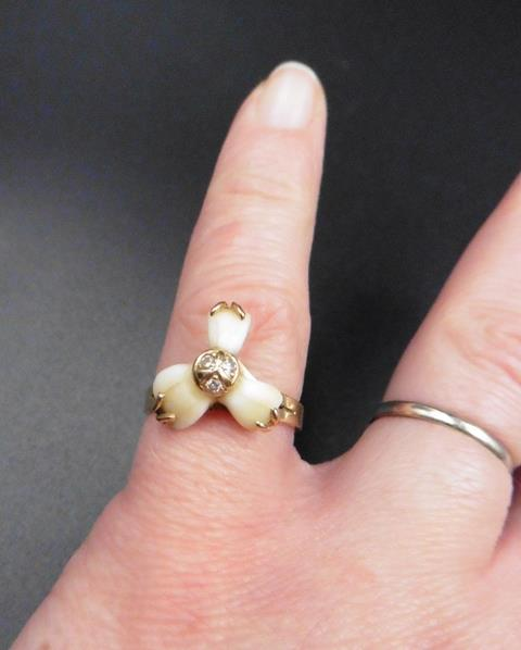 Curieuse bague en dents de lait - Photo 1